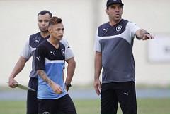 Neilton recebe orientações do técnico Ricardo Gomes (Foto: HWS Assessoria)